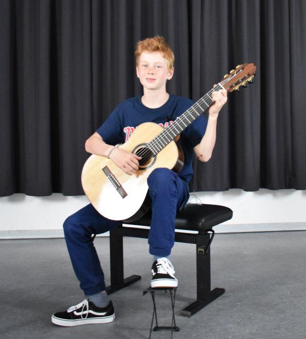 Anton Schueler erspielt sich auf der Gitarre einen 2. Preis beim Bundeswettbewerb Jugend musiziert